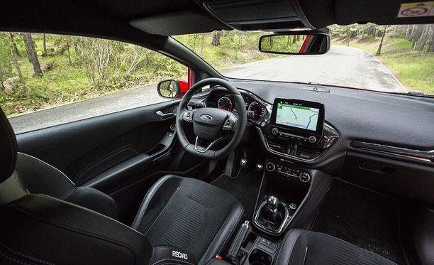 Fiesta ST:ssä on hyvä vakiovarustelu. Ohjaamon materiaalit ylittävät odotukset tämän hintaluokan autosta.