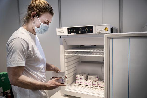 Hoitaja järjesteli Astra Zenecan rokotteita rokotuskeskuksessa Kööpenhaminassa helmikuussa.