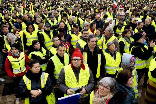 Mielenosoitukset lähtivät liikkeelle bensan hinnankorotuksen vastustamisesta, mutta ne laajenivat presidentti Emmanuel Macronin koko talouspolitiikan vastaisiksi protesteiksi.