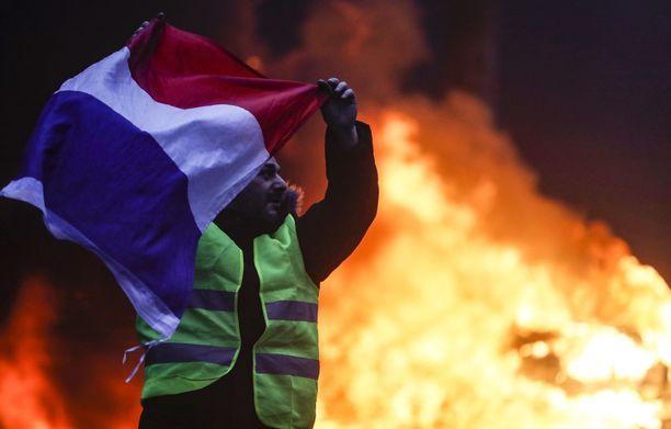 Protestoijia kutsutaan keltaliiveiksi. Poliisi pelkäsi, että ääriliikkeet saattavat soluttautua protestoijien joukkoon.