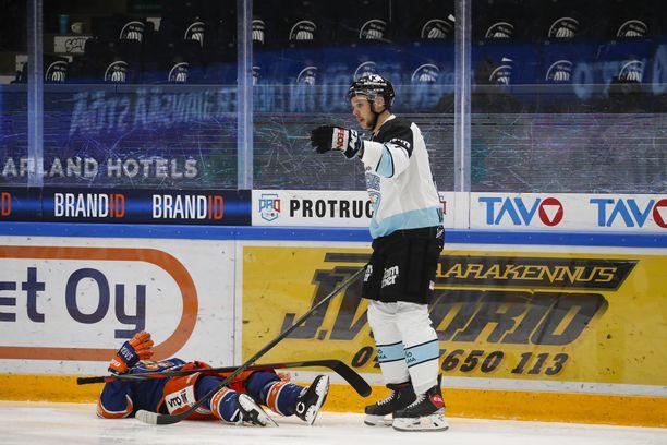 Pelicansin Taavi Vartiainen taklasi sääntöjen vastaisesti Tapparan Tuukka Mäntylää.