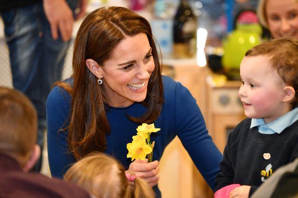 Herttuatar Catherine keskusteli pienten ihailijoidensa kanssa.