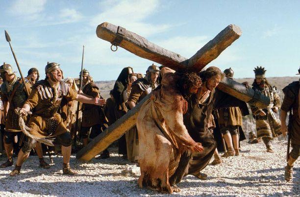 Mel Gibsonin elokuvassa The Passion of the Christ nähtiin vuonna 2004 verinen ja runneltu Jeesus.