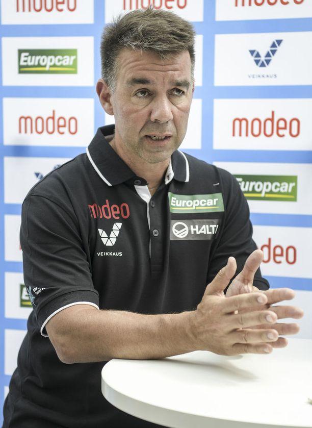 Hiihtoliiton toiminnanjohtaja Mika Kulmala kertoo, että uusi mäkihypyn sponsorisopimus on todella tuntuva.