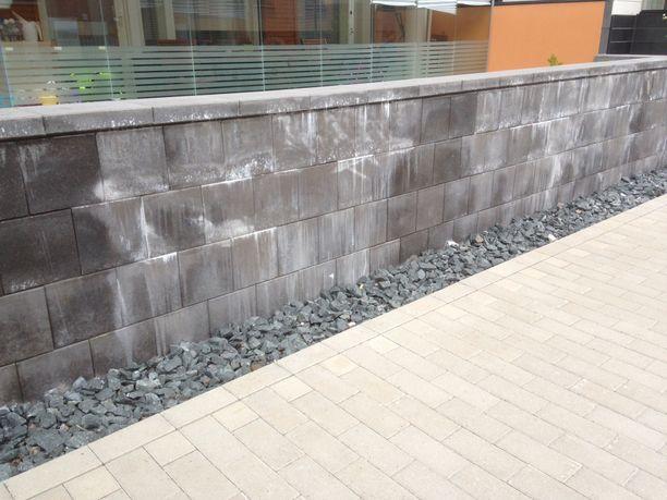 Espoon Emiliassa ei ole saatu pihalla sijaitsevaa betonimuuria puhdistettua yrityksistä huolimatta.