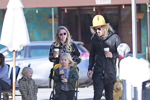 Outi ja Jukka nappasivat kahvit mukaansa.