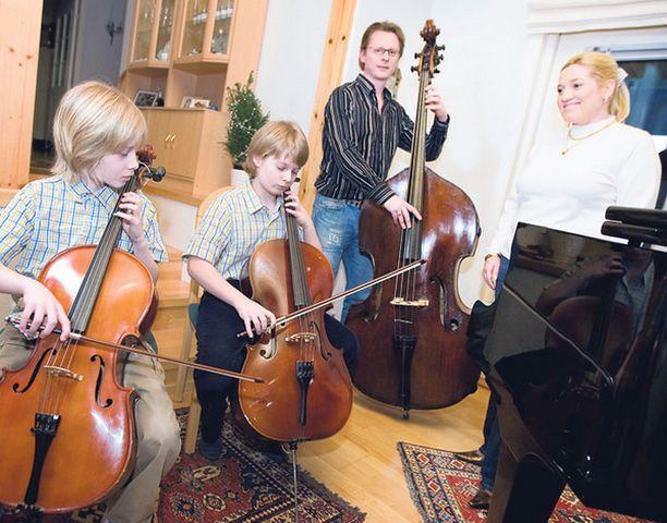 Tobias ja Matias soittavat selloa, Ape Anttila kontrabassoa ja Ira Kaspi vauhdittaa poikiaan laululla.