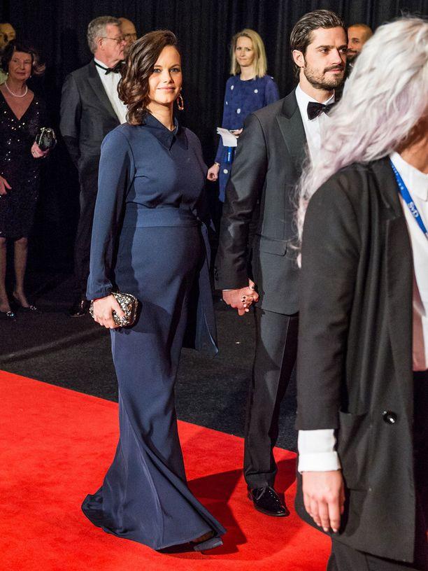 Sofian puku korosti somaa raskausvatsaa.