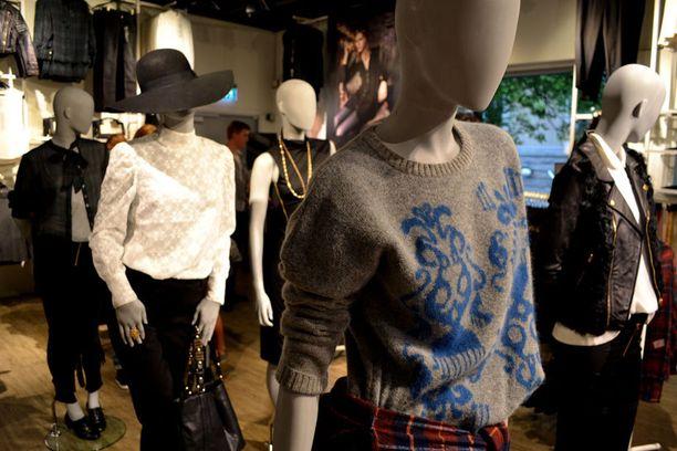 Olsenin sisarukset suunnittelivat tummanpuhuvan malliston Bik Bokille. Pehmeyttä tuovat erilaiset villapaidat.