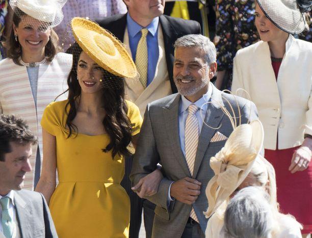 Amal Clooney ja George Clooney saapuivat kirkkoon ensimmäisten joukossa.