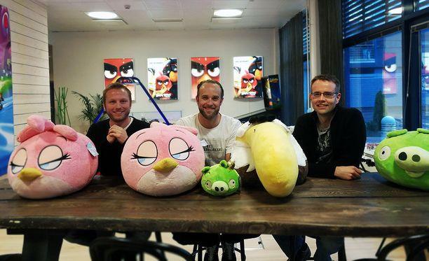 Reunoilla istuvat Miika Virtanen ja Tuomo Lehtinen olivat tekemässä ensimmäistä alkuperäistä Angry Birdsiä. Keskellä Rovion peliliiketoiminnan johtaja Willhelm Taht.