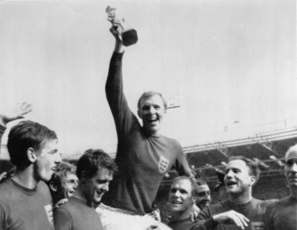 Englanti juhli ainoaa maailmanmestaruuttaan vuonna 1966. Nykyinen vieraspaita on samaan tapaan kokopunainen ja yksinkertaisen tyylikäs kuin Bobby Moorella ja kumppaneilla 52 vuotta sitten.