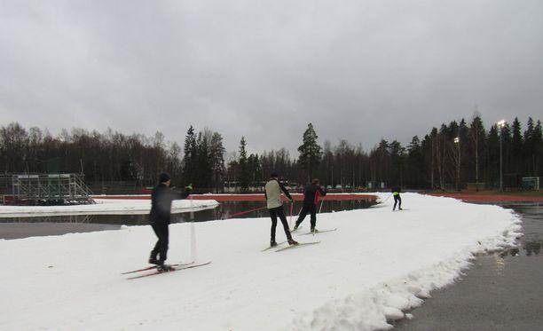 Tamperelaiset eivät antaneet veden haitata hiihtoharrastusta Kaupissa.