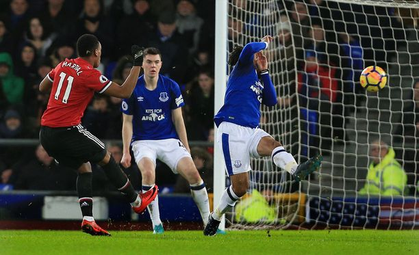 Anthony Martial (vas.) viimeistelee hienon voittomaalin Evertonin verkkoon.