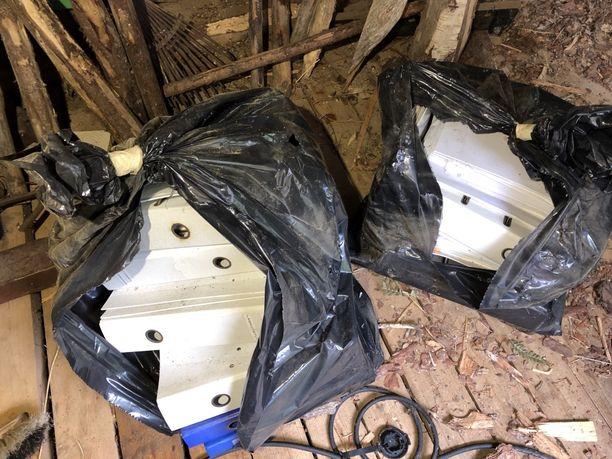 Kuvassa jätesäkkeihin sullottuja mappeja. Uusi asukas löysi omakotitalon ulkovarastosta kaksi säkillistä edellisen asukkaan jättämiä asiakirjoja.