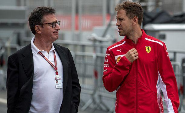 Louis C. Camilleri (vas.) tutustui keväällä Ferrarin toimintaan Sebastian Vettelin opastuksella.