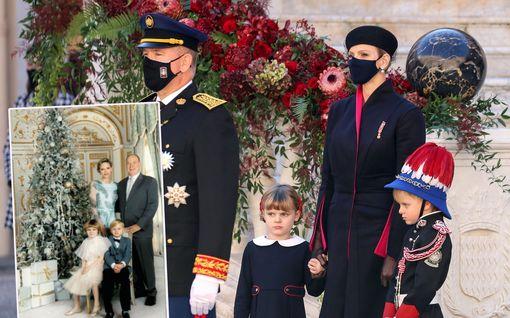 Monacon ruhtinasperhe poseeraa joulukuvassa: Kuusen koristeissa ei ole pihtailtu - mutta missä on sivusiili?