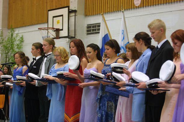 Kevään 2002 ylioppilailla toisen kotimaisen kielen koe oli vielä pakollinen osa ylioppilastutkintoa. Antti Rinteen hallitus on palauttamassa ruotsin kielen pakollisten aineiden joukkoon suomalaisessa ylioppilastutkinnossa.