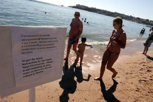 Turisteja varoitettiin uimasta syvissä vesissä suositussa lomakohteessa Sharm el-Sheikhissä vuonna 2010, koska saksalaisen mies oli joutunut hain surmaamaksi.