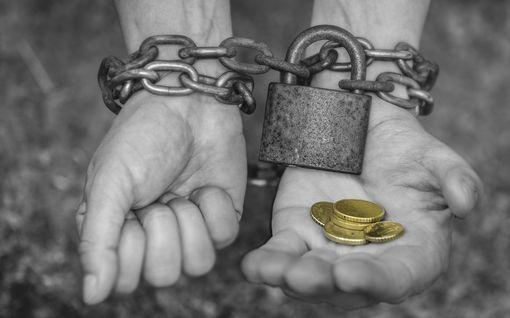 Rahan pyytämistä ruokaan, elämää ilman omaa pankkitiliä... Tunnistatko taloudellisen väkivallan?