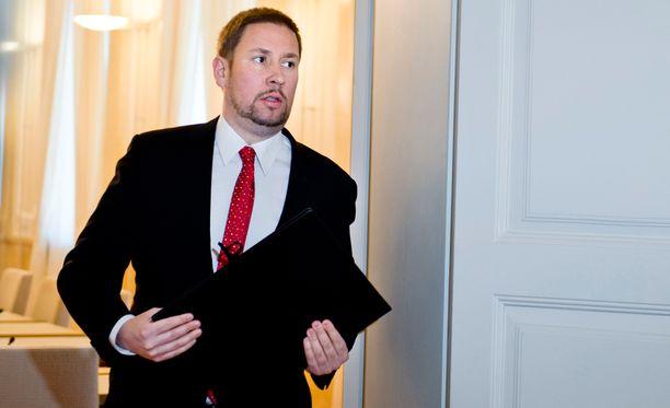 Paavo Arhinmäki (vas) vetää aivan erilaista talouslinjaa kuin valtiovarainministeriön virkamiehet.