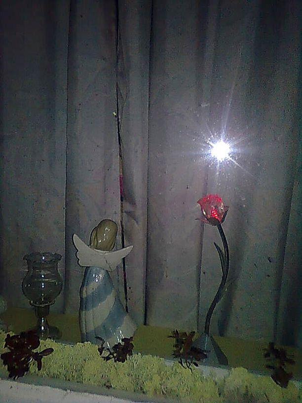Joulu kohta jo saa. Lunta vailla on maa. Kuvaaja yöhönsä valoa odottaa.