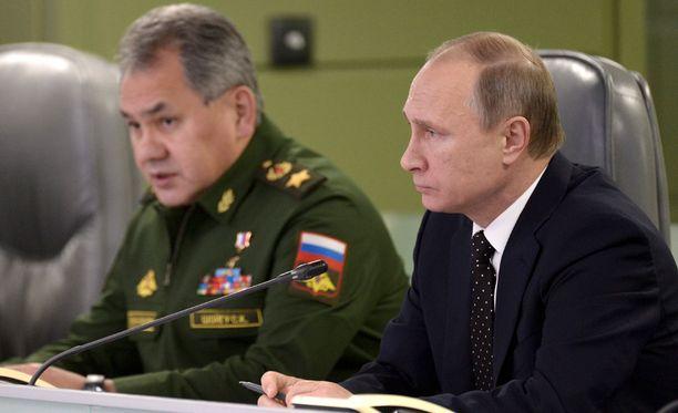 Venäjän presidentti Vladimir Putin ja puolustusministeri Sergei Shoigu Moskovassa marraskuun 17. päivä.