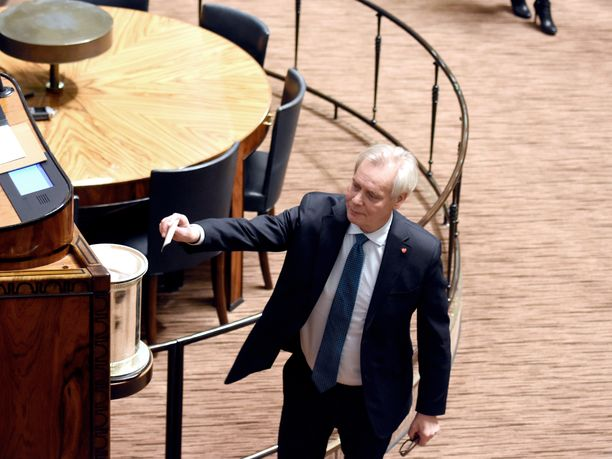 Protestiääniä kohdalleen saanut ex-pääministeri Antti Rinne (sd) äänesti vakavan näköisenä 2. varapuhemiehen vaalissa tiistaina eduskunnassa.