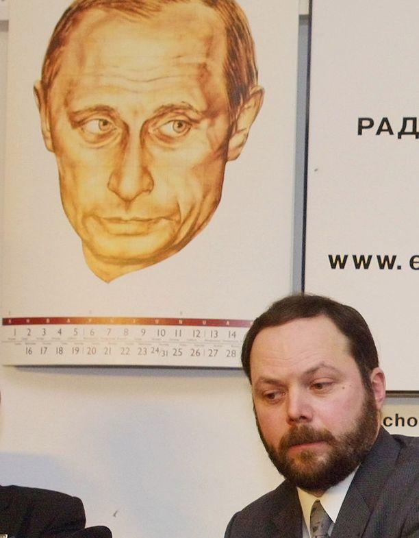 Vanha arkistokuva Vladimir Kara-Murzasta vuodelta 2002.