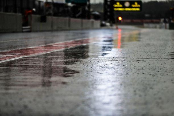 Japanin Suzukaan on tulossa trooppinen hirmumyrsky, jonka takia viikonlopun F1-osakilpailun aikatauluja on jouduttu muuttamaan.