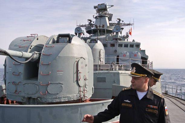 Kapteeni Stanislav Varik komentaa hävittäjäalus Kulakovia.