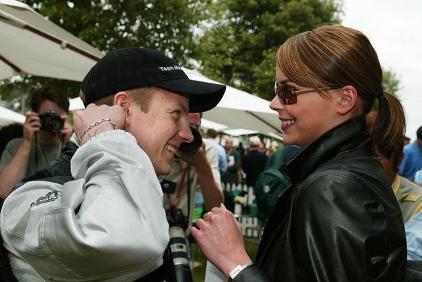 Kimi ja Jenni iloisissa varikkotunnelmissa vuonna 2002.
