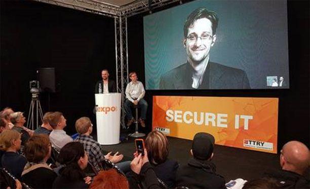 Venäjä on myöntänyt yhdysvaltalaiselle Snowdenille turvapaikan. Suomalaisille mies puhui videolinkin kautta.