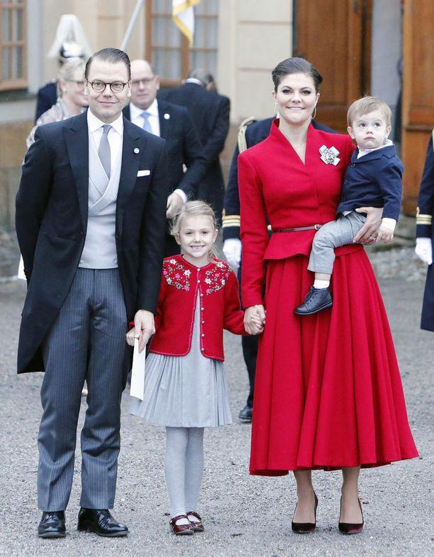 Prinssi Daniel, prinsessa Estelle, kruununprinsessa Victoria ja pikkuprinssi Oscar prinssi Gabrielin ristiäisissä pari viikkoa sitten.