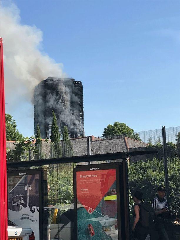 Tulipaloa vastaan taistelemassa yli 200 palomiestä ja 44 paloautoa.