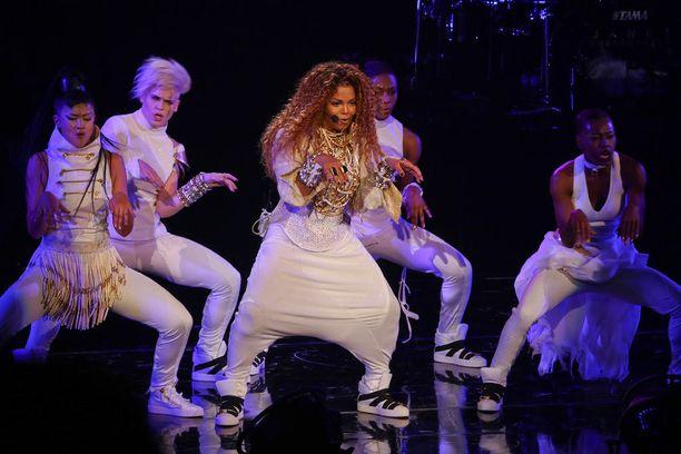 Janet oli pukeutunut kiertueensa ensimmäisessä konsertissa Vancouverissa valkoiseen asuun, johon kuuluivat haaremihousut ja kimaltelava kauluspaita.