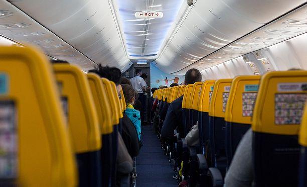 Lennolla olleiden mukaan henkilökunta ei tehnyt mitään, vaikka kanssamatkustajat valittivat epäasiallisesta käytöksestä.