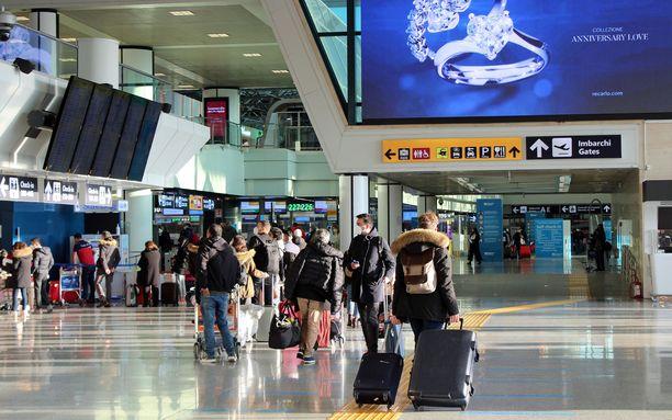 Italia keskeyttää Britanniasta saapuvien lentojen vastaanottamisen uuden koronavirusmutaation vuoksi. Kuva Rooman Fiumicinon lentoasemalta.