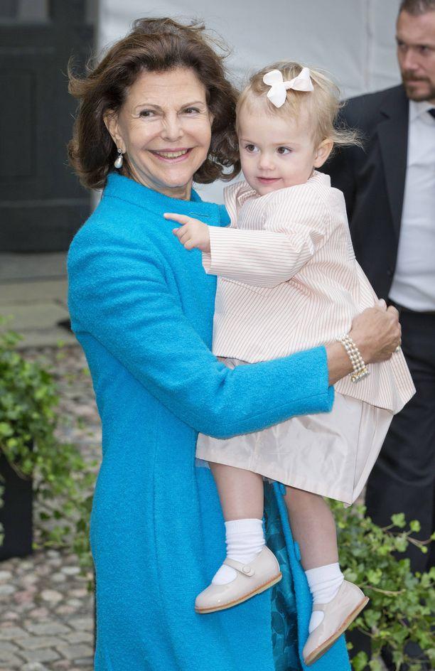 Kuningatar Silvia sylissään pieni Estelle.