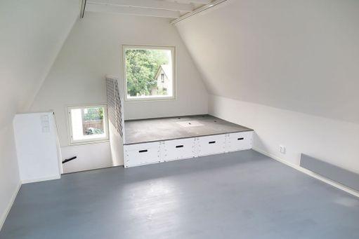 Makuulavetti on nostettu 80 senttiä lattian yläpuolelle. Lavetin päällä on neljä luukkua, joiden alla on lisää säilytystilaa,