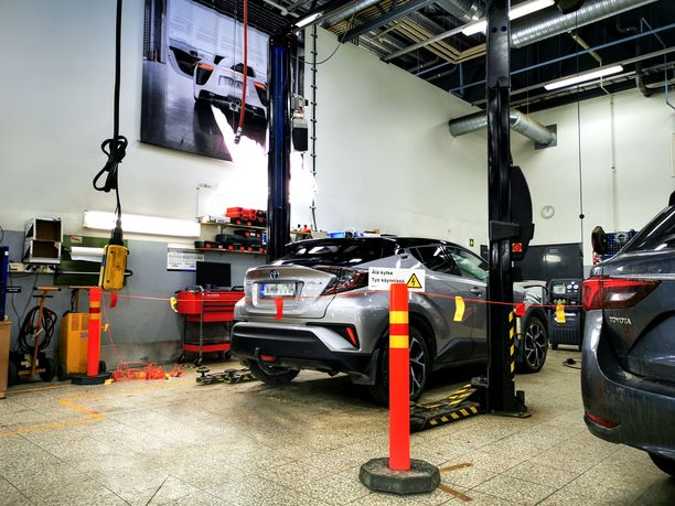 Vaasan Rinta-Joupin Autoliikkeen Toyota-merkkihuoltoon tuodaan viikoittain 3-4 hybridiä.