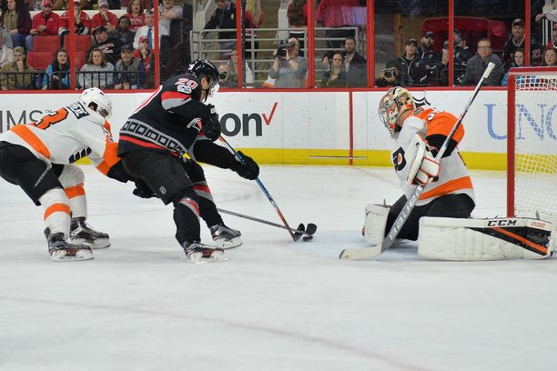 Sebastian Aho viimeistelee yhden kolmesta osumastaan Flyersin Steve Masonin taakse.