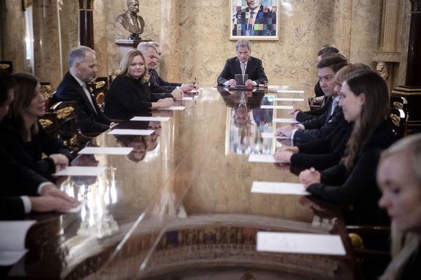 Presidentti Niinistö ja eduskuntapuolueiden puheenjohtajat ovat keskustelleet valmiuslain mahdollisista muutostarpeista. Kuva joulukuulta, jolloin pääministeriksi nousi Sanna Marin Antti Rinteen tilalle.