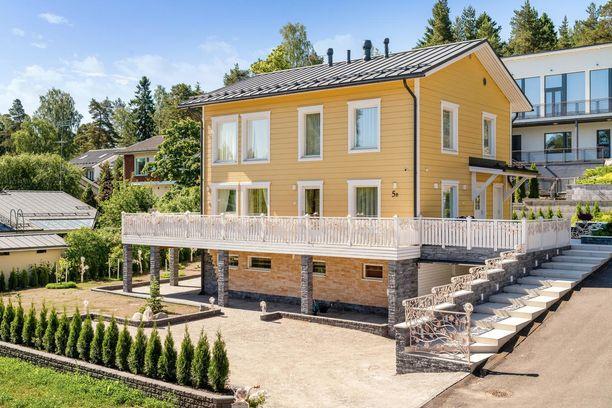 Helsingin Jollaksessa sijaitsevan omakotitalon julkisivu viestii, ettei kyse ole ihan tavallisesta kodista.