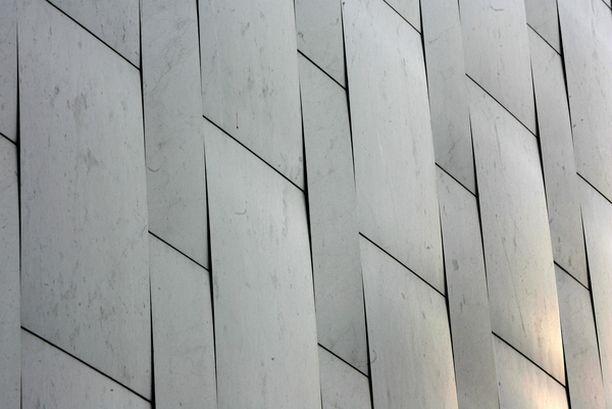 JATKUVASSA LIIKKEESSÄ Kansallispyhätön julkisivu uusittiin vain kahdeksan vuotta sitten. Vuonna 2005 marmorilevyt olivat jo selvästi käyristyneet.