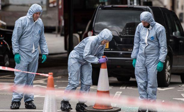 Poliisi tutki iskupaikkaa Lontoossa sunnuntaina.