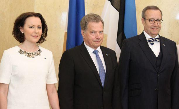 Presidentin puoliso Jenni Haukio, Suomen presidentti Sauli Niinistö ja Viron presidentti Toomas Hendrik Ilves poseerasivat valokuvaajille valtiovierailun aluksi.