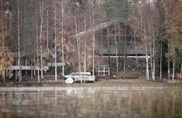 Mika Häkkinen mökkeilee Valkealassa.