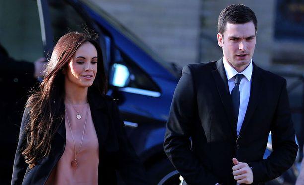 Adam Johnson saapui oikeudenkäyntiin tyttöystävänsä Stacey Floundersin kanssa.