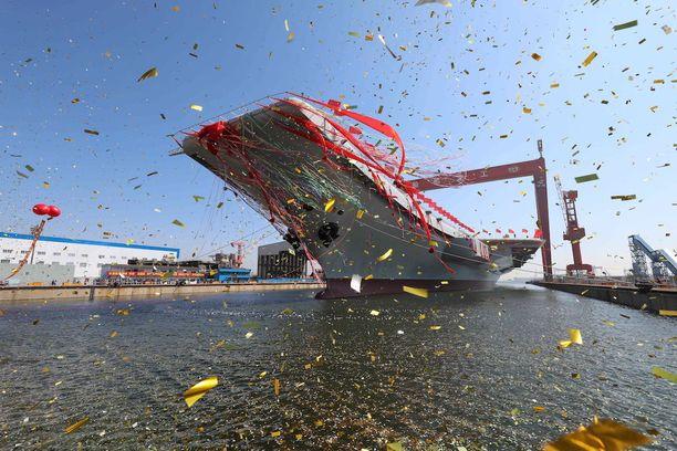 Uusi lentotukialus laskettiin vesille seremoniamenoin Dalianissa keskiviikkona.